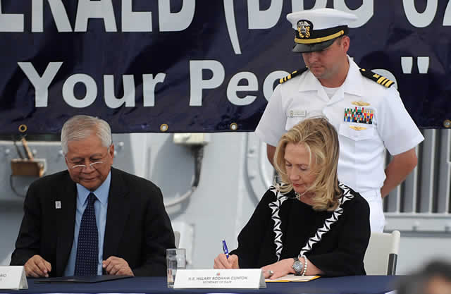 Former US Secretary of State Hillary Clinton (R), beside former Foreign Affairs Secretary Alberto del Rosario (L), sign the the Manila Declaration aboard the USS Fitzgerald, on November 16, 2011. Photo: Dailysignal.com